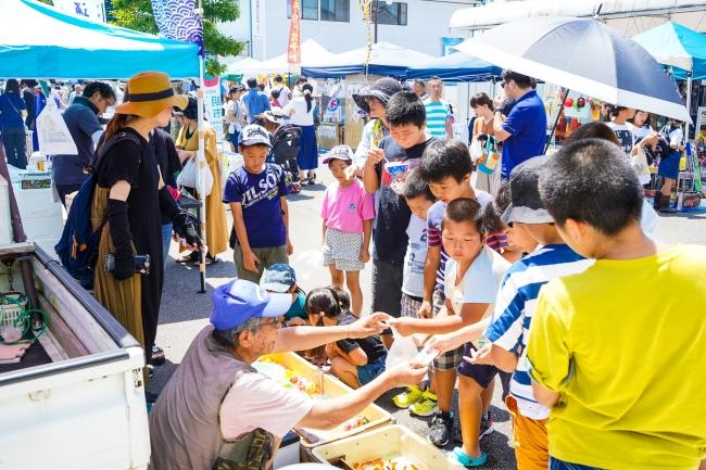 地域交流マルシェ「こゆ朝市」(毎月第三日曜開催)は着ぐるみを用いた町内外の交流人口との関係づくりに最適な場です