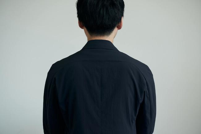 ラグランTシャツのデザインを採用し、肩の可動域を広げています。
