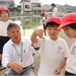 課外授業の昆虫観察にて、美波町では当たり前のトンボに興味津々なデュアルスクールの生徒