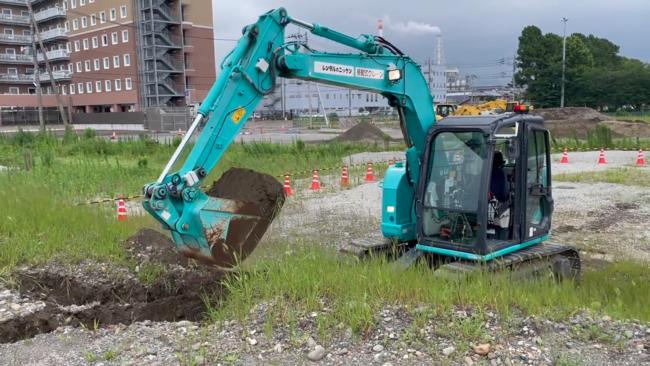 土場での掘削を行う遠隔建機